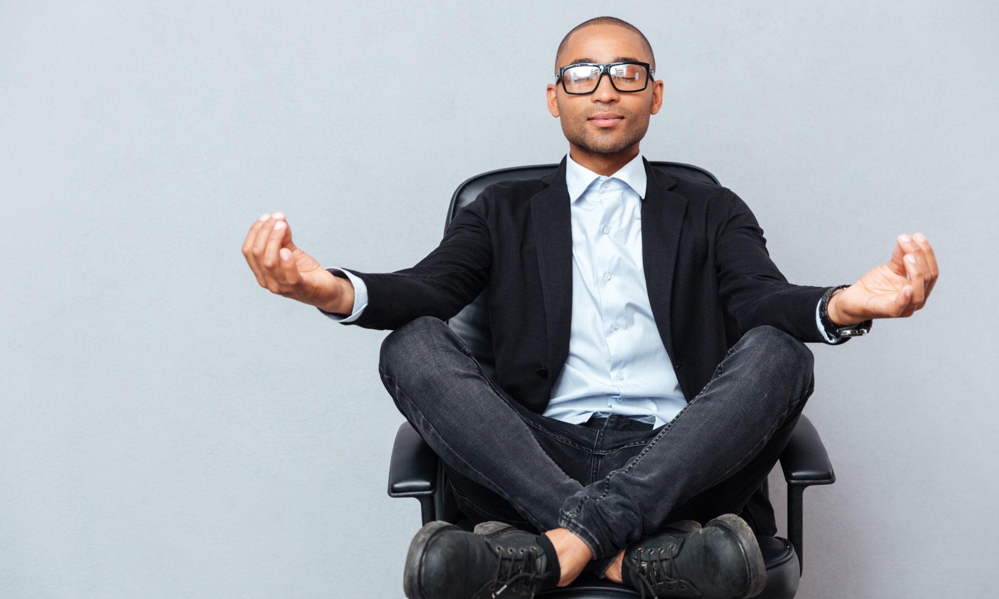 איש עושה מדיטציה על כסא