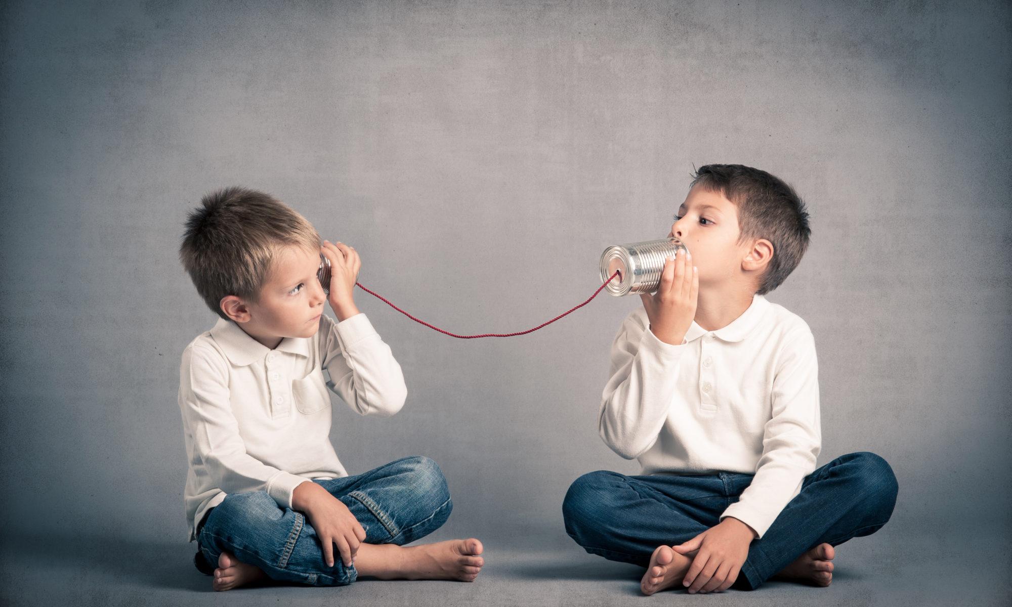 ילדים משוחחים בקופסאות עם חוט